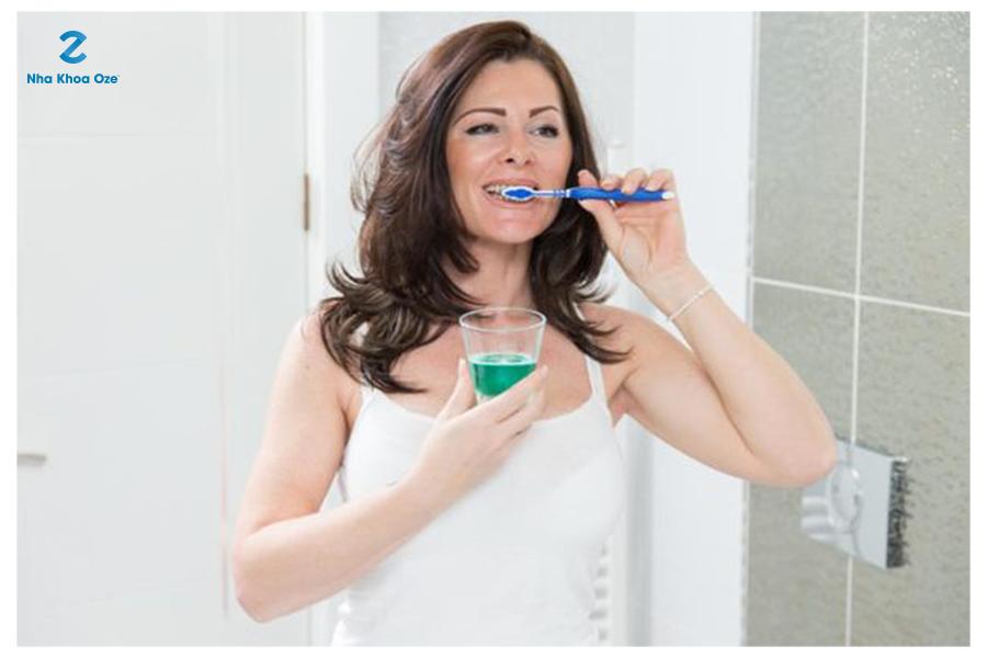 Súc miệng sau khi chải răng