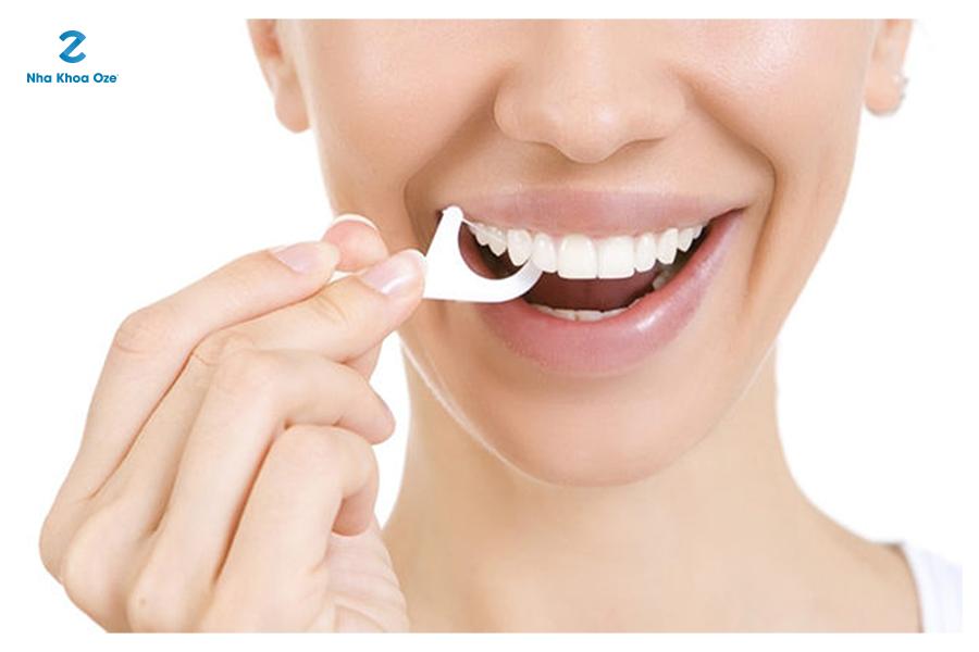 Dùng chỉ nha khoa giúp loại bỏ thức ăn thừa còn sót trên răng miệng