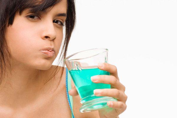Kết hợp nước súc miệng đúng cách để chữa trị chứng hôi miệng