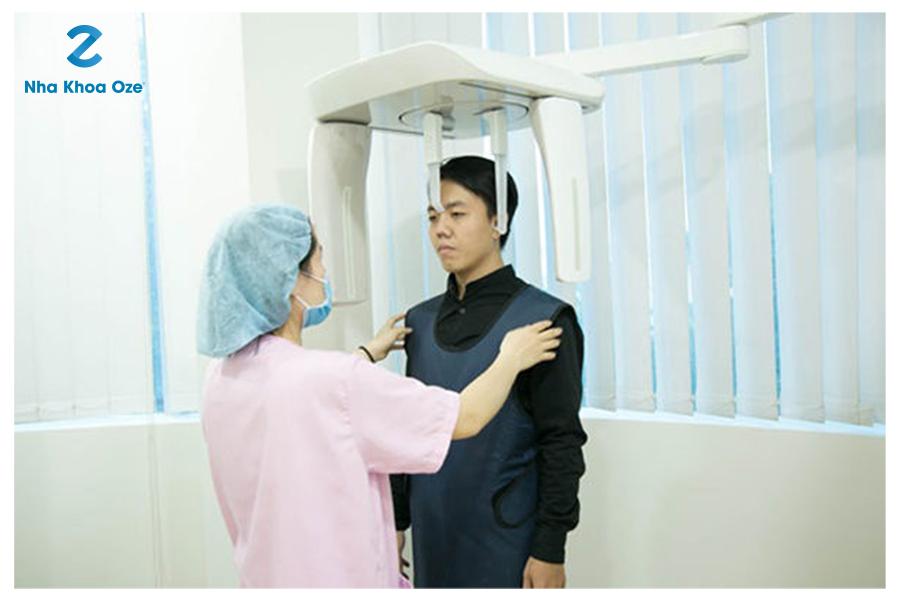 Bệnh nhân được chụp X – quang để xác định tình trạng viêm khớp thái dương hàm trước khi điều trị