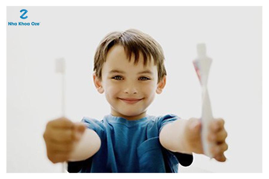 Dạy bé chăm sóc răng miệng khi bé được 15 - 18 tháng tuổi