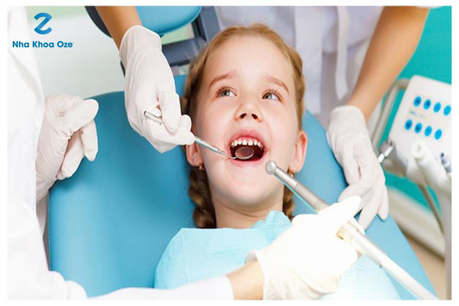 Đưa trẻ đi khám răng định kỳ sẽ biết rõ tình trạng sâu răng của trẻ