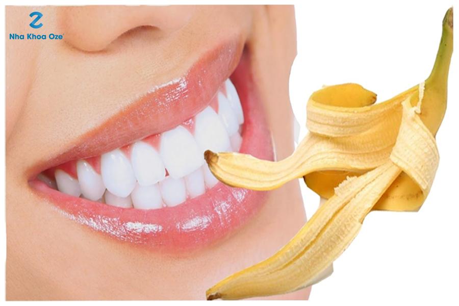 Thoa đều mặt trong vỏ chuối lên bề mặt răng