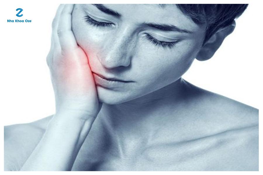 Tê, mất cảm giác và cảm giác bên trong khoang miệng cũng là một trong những triệu chứng chính của ung thư miệng