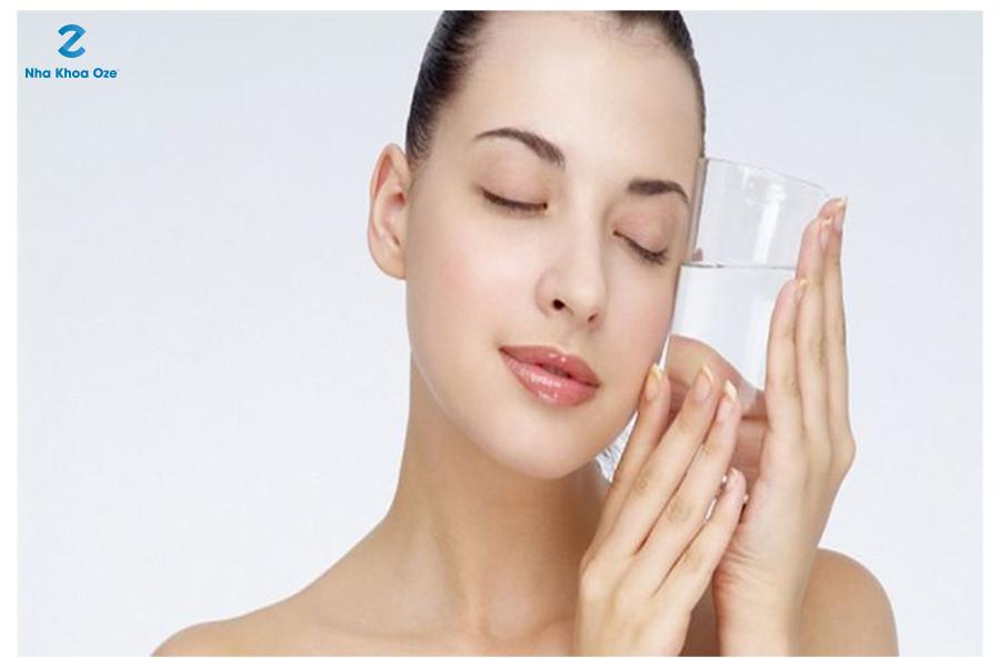 Uống nhiều nước giúp đôi môi căng mọng