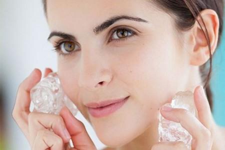 Chườm đá để giúp giảm sưng và đau