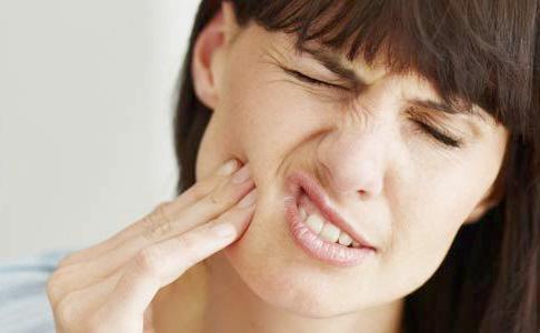 Đau răng, sưng má là biểu hiện răng khôn mọc lệch