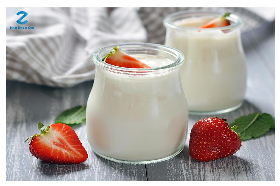 Sữa chua có tác dụng kháng sinh, chống nhiễm khuẩn giúp bạn làm dịu đi những cơn đau nhức