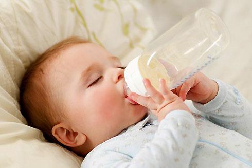 Không nên cho bé uống sữa vào ban đêm, dễ gây sâu răng sún răng