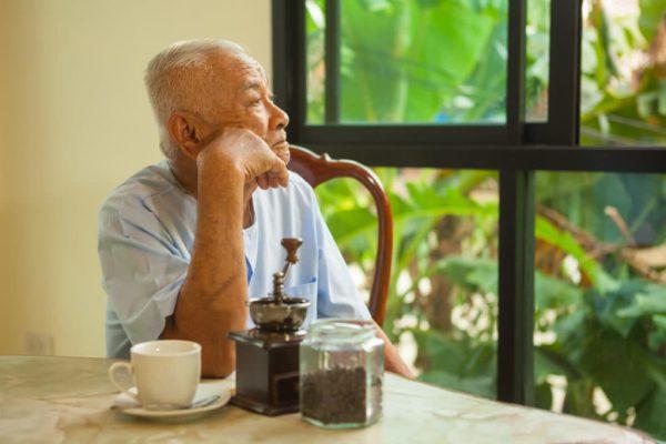 Người già trở nên mặc cảm, chán nản khi tình tình rụng răng diễn ra