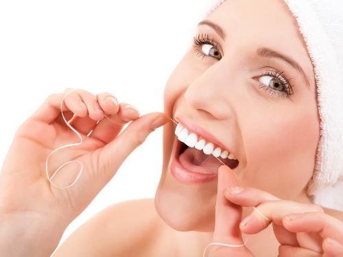 Sử dụng chỉ nha khoa loại bỏ thức ăn thừa, mảng bám trên răng sau khi ăn.