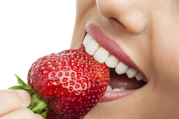 Sử dụng dâu tây để giúp răng hết ố vàng