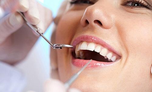 Thăm khám để chuẩn đoán tình trạng răng miệng